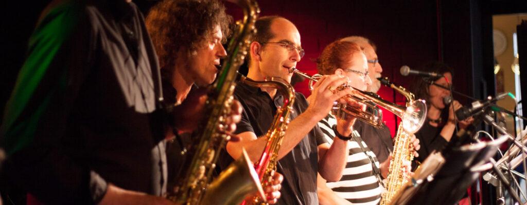 Ein Bläser-Ensemble der Musikschule rhythm matters bei einem Auftritt