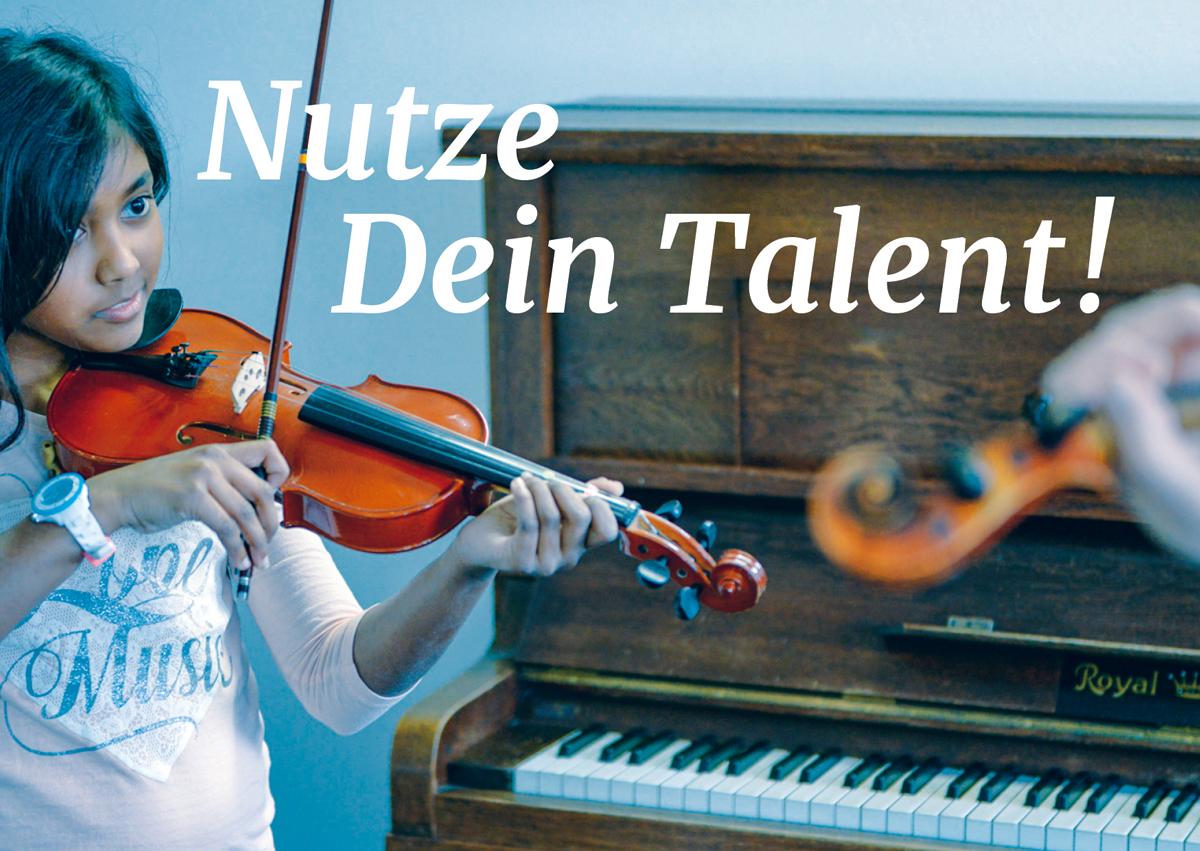 Motiv Tag der offenen Tür bei rhythm matters, ein Mädchen mit Geige steht vor einem Klavier, die Geige des Lehrers ist in der Unschärfe zu sehen