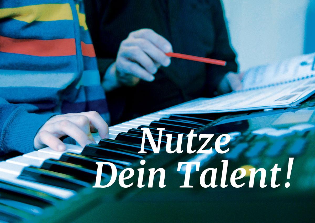 Motiv Tag der offenen Tür bei rhythm matters, ein Schüler und ein Dozent beim Keyboard-Unterricht